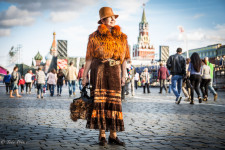 Olga was walking across Red Square on a Sunday evening before sunset.